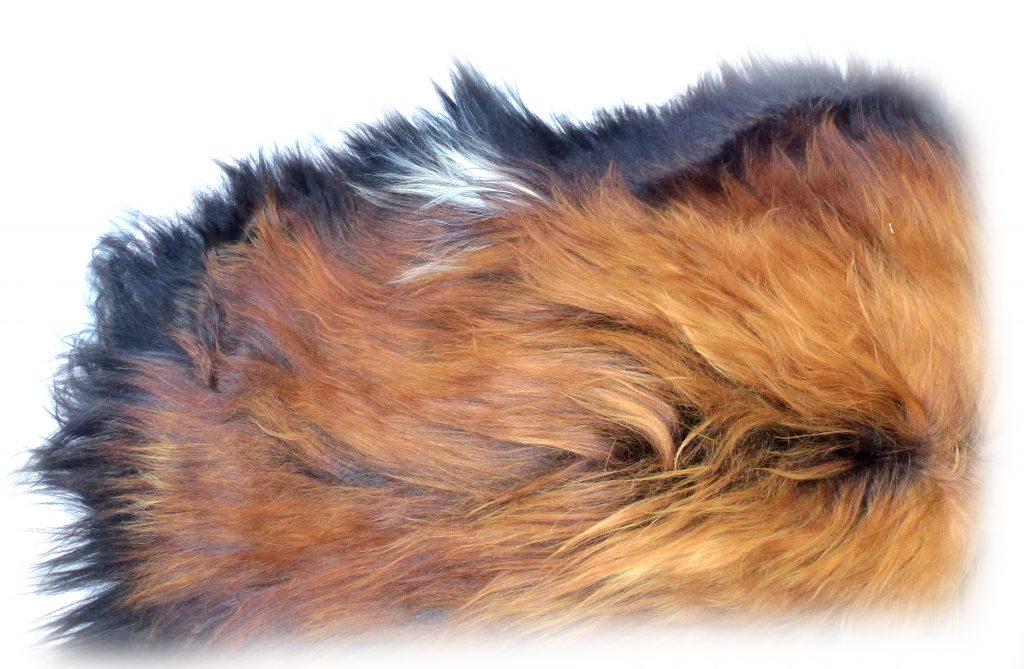 190502 Islandschaffell Schwarz mit geflammten Spitzen weißes Felldetail a