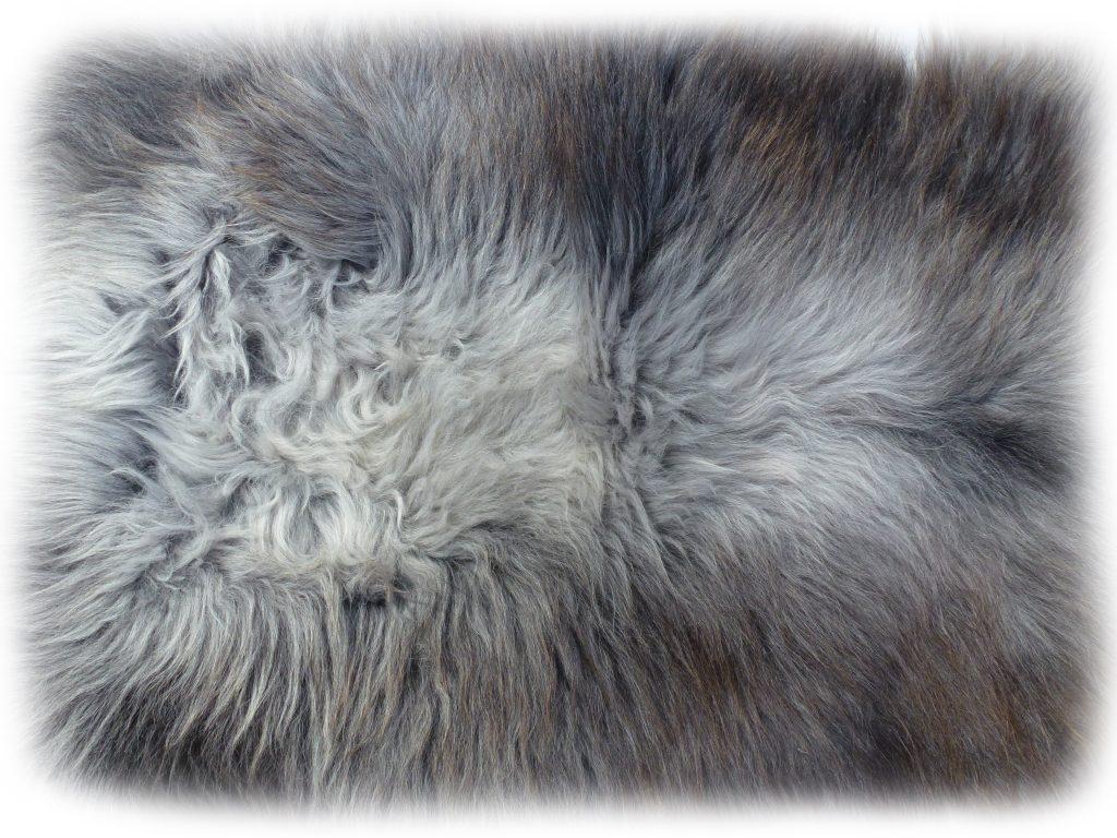 Heidschnuckenfell grau mit braun Rückendetail