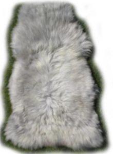 Flauschig weiches weiß graues englisches Schaffell
