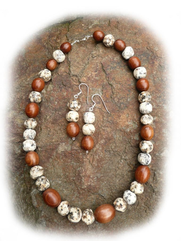 Halskette und Ohrhänger mit Holzperlen aus dem Fichtelgebirge und Fichtelgebirgsgranit