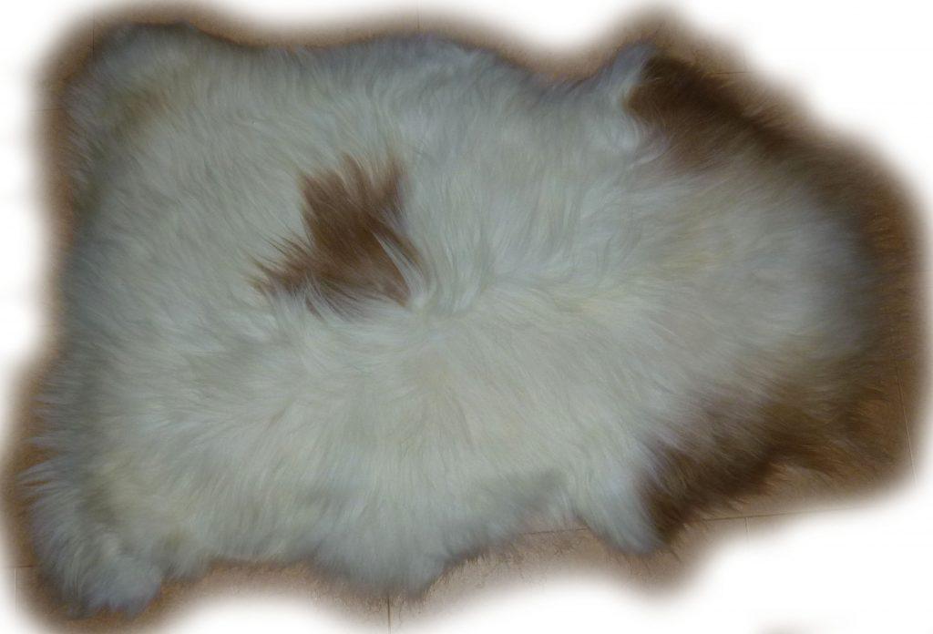 Islandschaffell weiss mit braunen Flecken