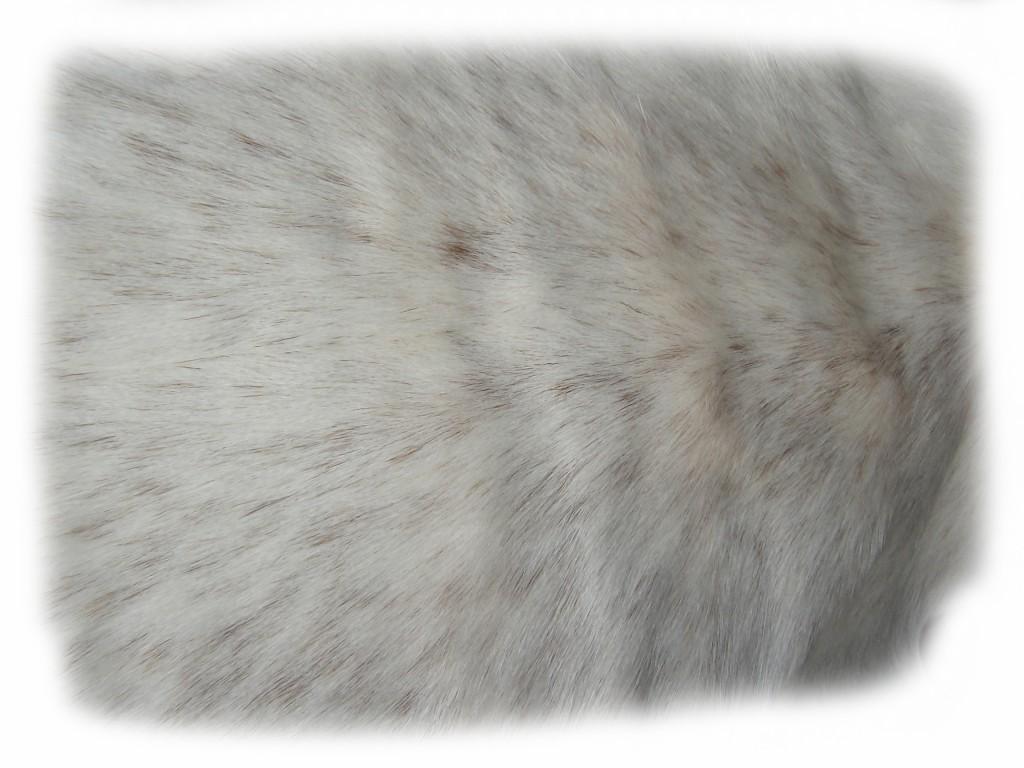 Ziegenfell kurzhaarig weiß mit braunen Sprenkeln Detail